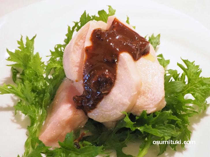 鶏胸肉の冷製コンフィ よだれ鶏ソースがけ(ハーフ400円)