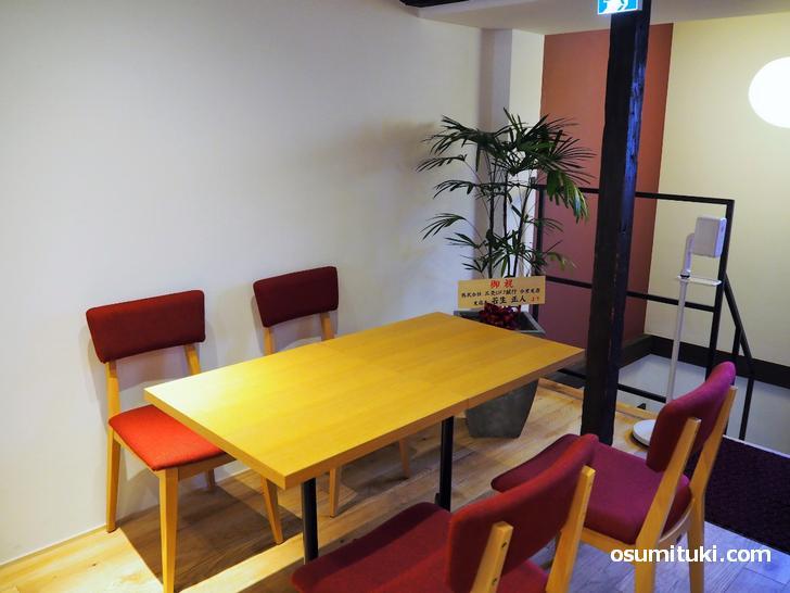 階段を上がるとテーブル席やカウンター席があるカフェになっている