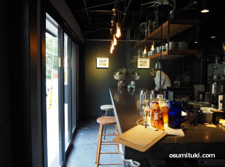 左側には厨房とそれを眺めながらのカウンター席