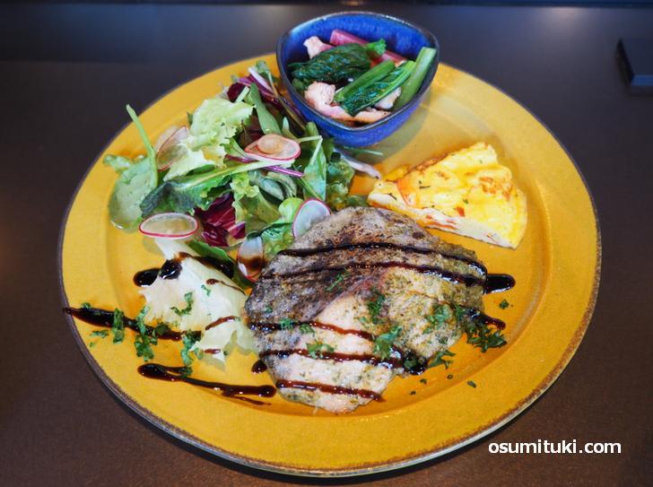 当日はサワラのムニエル、バルサミコソースでスッキリとして美味しいです