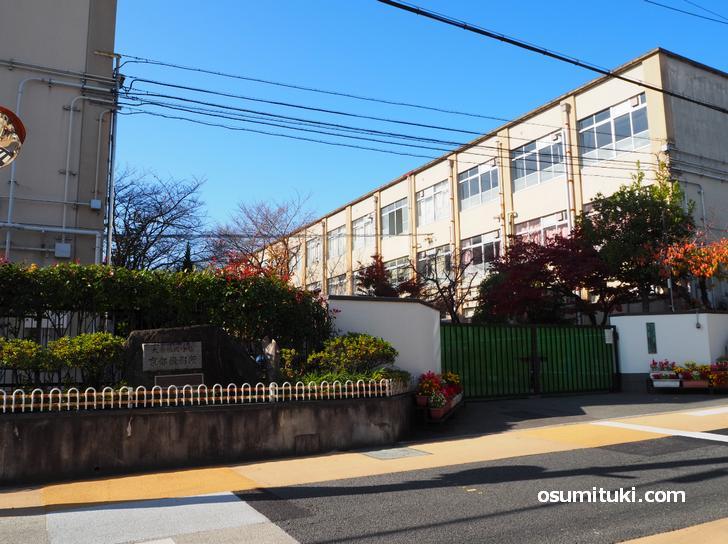 京都市立太秦小学校、正門前に謎の石碑がある