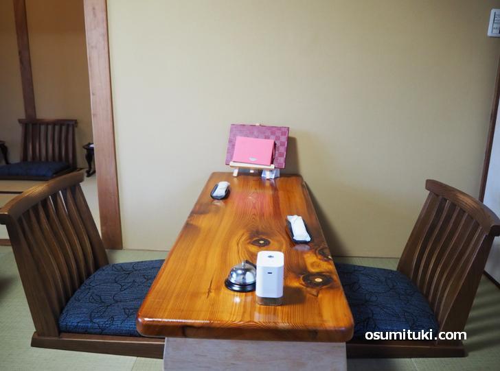 畳の上に和風の机がある和カフェです