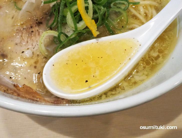 スープは黄金色でなかなかの美味しさ