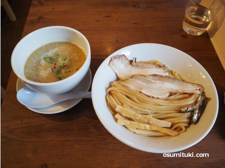 にぼ鶏つけ麺(880円)