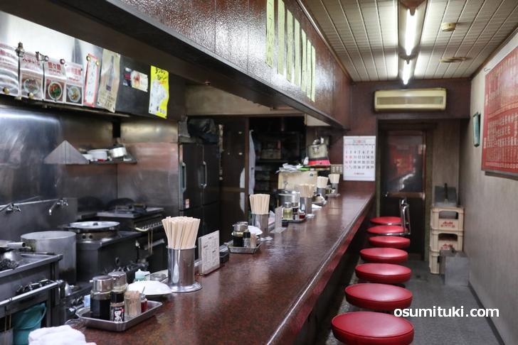 店内の様子、カウンターのみの正統派中華料理店