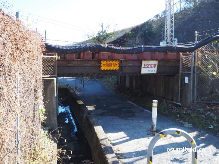 屈まないと通れない京阪宇治線「樋尻橋梁」