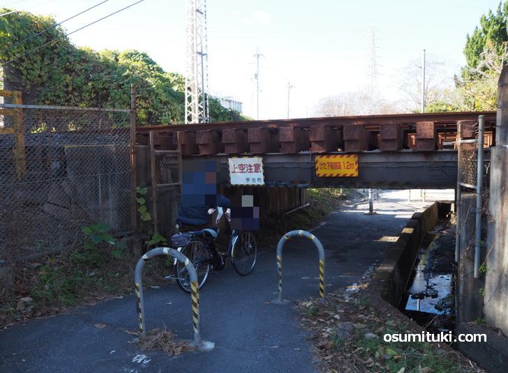 京阪宇治線「樋尻橋梁」を通る地元の方