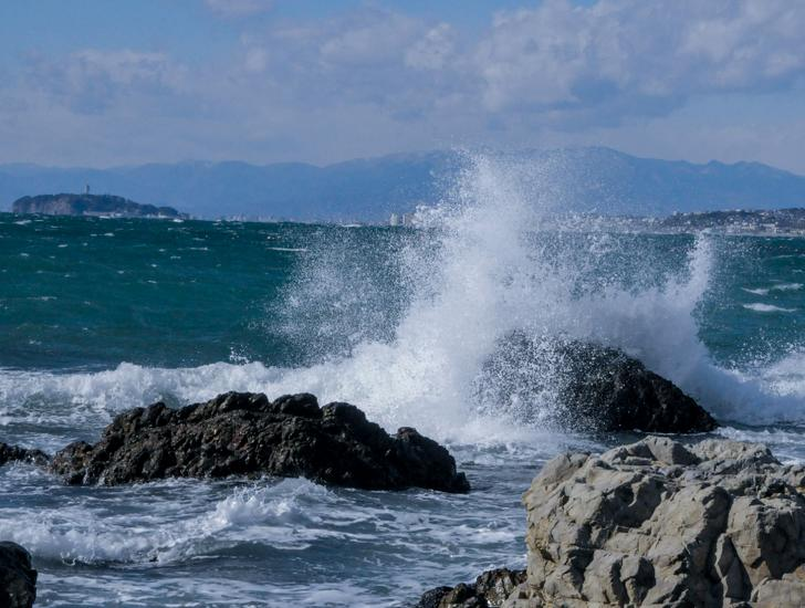 荒れる湘南の海
