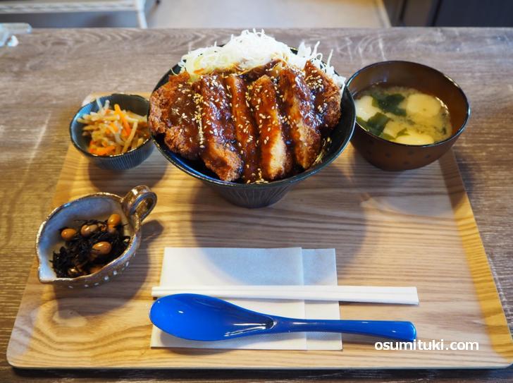 デミグラスカツ丼セット(600円)