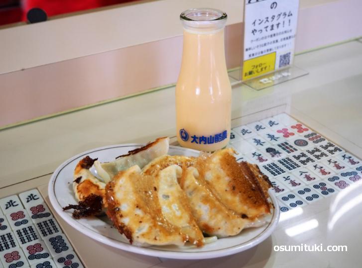 餃子とフルーツ牛乳の組み合わせ(新味覚 本店)