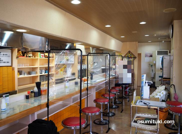 新味覚の店内、カウンターのみ14席というお店です