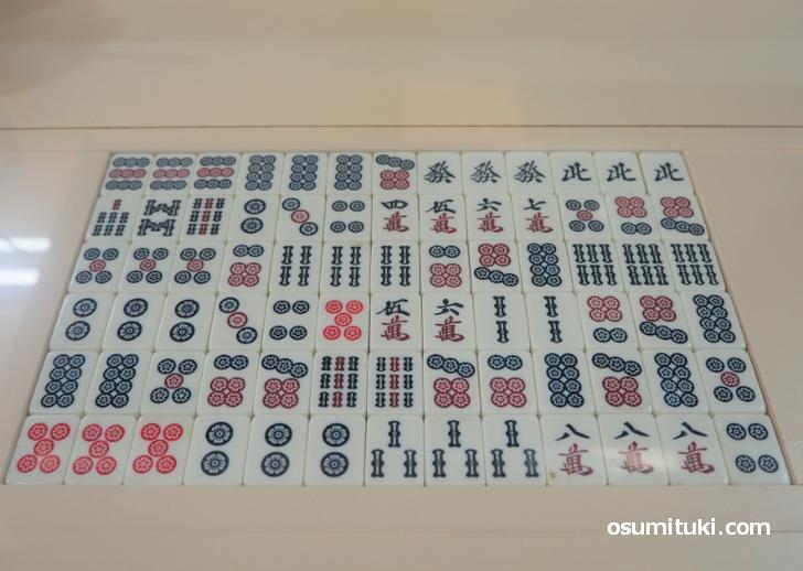 カウンターには特徴的な麻雀牌が埋められています(新味覚 本店)