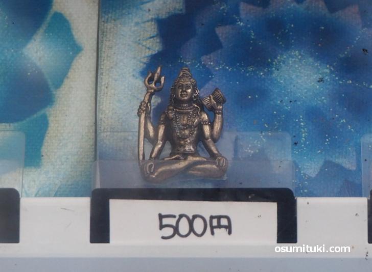 大きさ2cm~3cmほどの仏像が売られています(仏像の自動販売機)