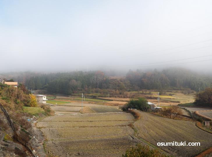 亀岡市に入ったところ、向こうには山があるが雲で見えない