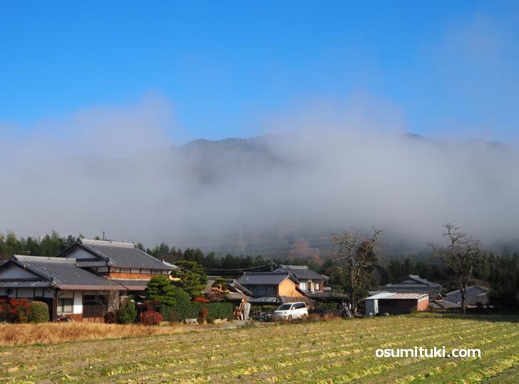 民家の屋根の高さくらいにある雲(京都府亀岡市)