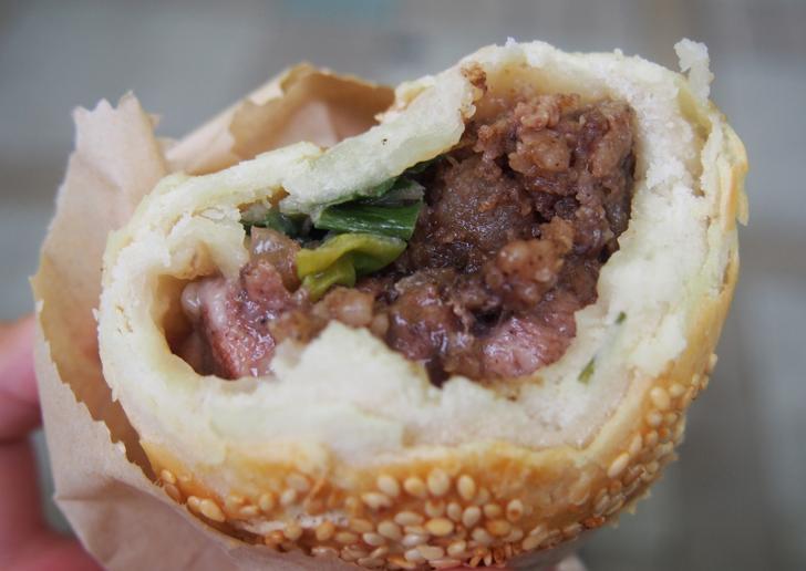 胡椒餅は胡椒風味の肉やネギが入った生地を窯で焼くというグルメです