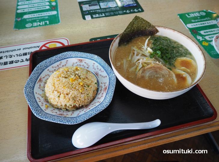 にんたま味噌ラーメン チャーハンセット(960円)