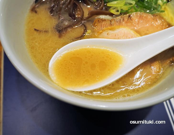 スープは豚骨ベースで濃厚