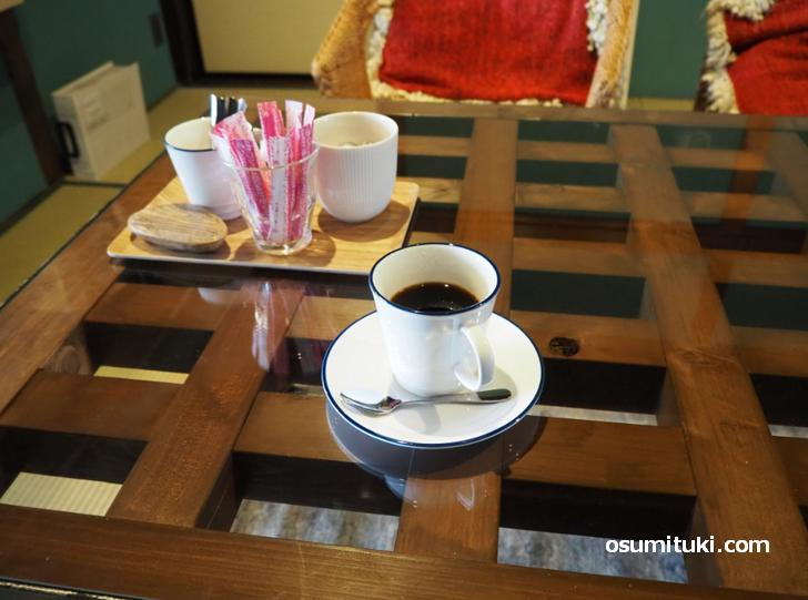和室のテーブルでコーヒー(380円)