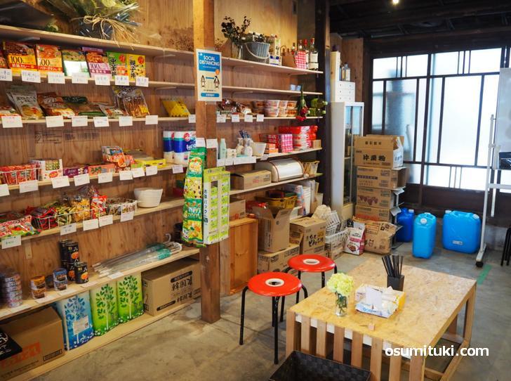 駄菓子・食料・生活日用品を販売する商店です