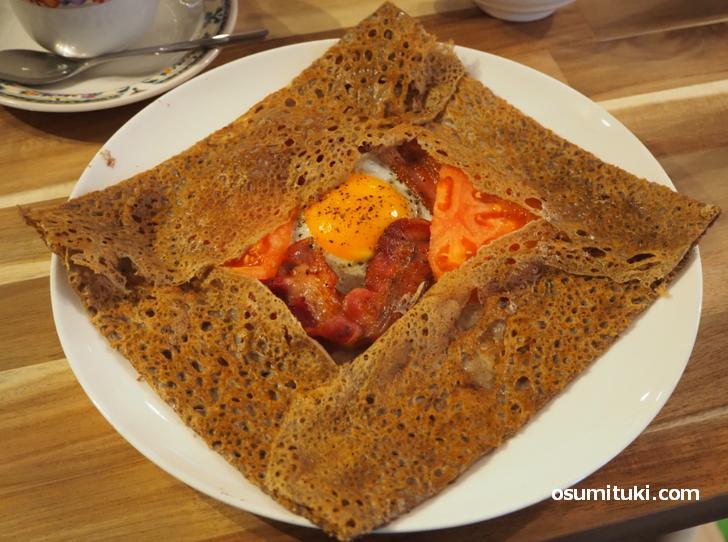 グリルベーコン・トマト・卵・チーズのガレット
