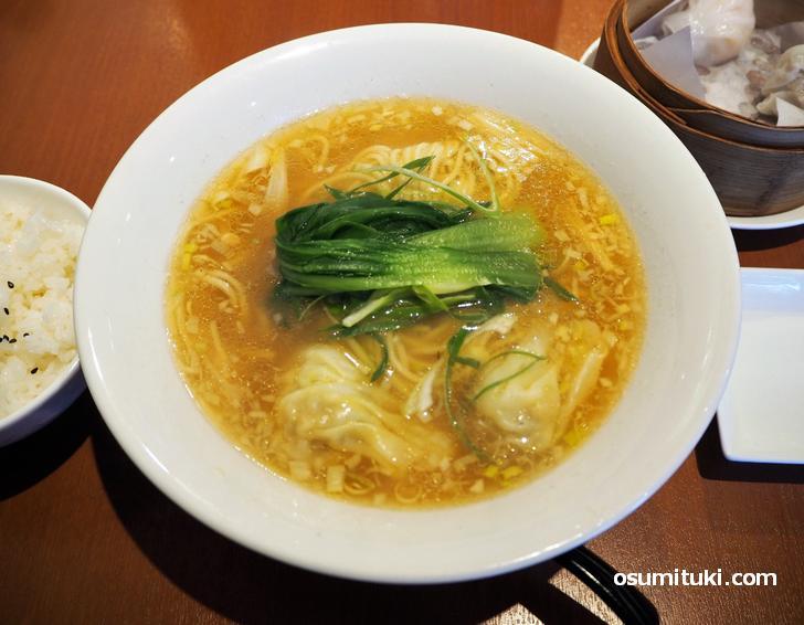 ワンタン麺は海老が香ってすごくおいしい