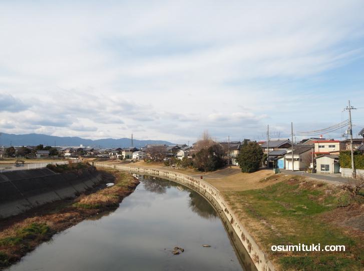 東一口新墓地蔵は東一口の中央を流れる川沿いにあります