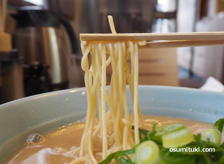 麺はストレート細麺