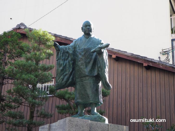 現在の本能寺門前に残る本能寺の変より前からあるとされる「日蓮聖人」の銅像