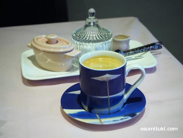 食後のコーヒー、可愛らしい食器で出てきました