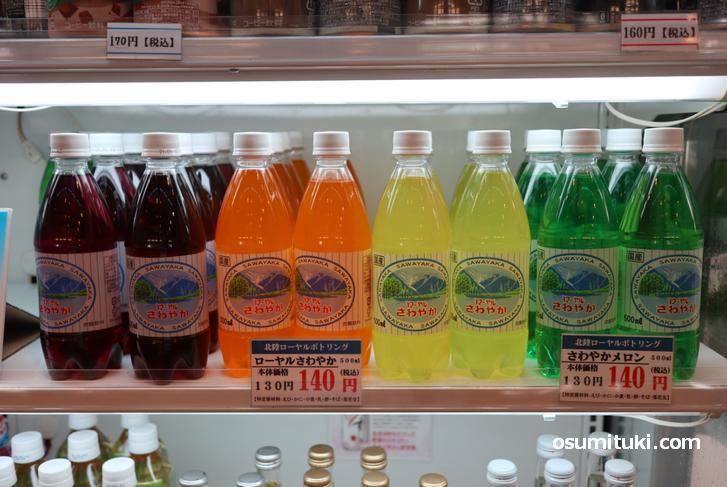 よく見るのは500ml入りのペットボトルの商品、値段は税込み140円