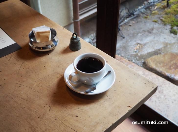 坪庭を見ながらサーカスコーヒーのブレンドをいただきます
