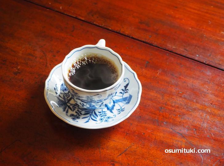 甘いカヌレに合わせるのはコーヒーが一番です