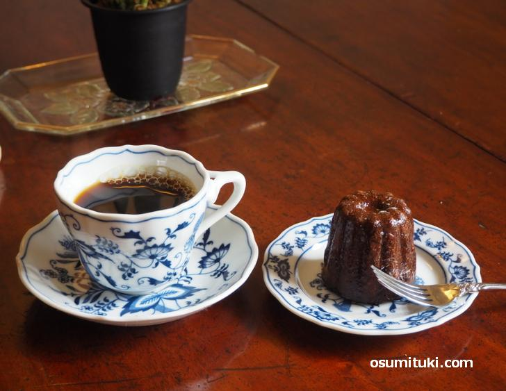 木漏れ日が差し込むテーブルで甘いカヌレをブラックコーヒーでいただく