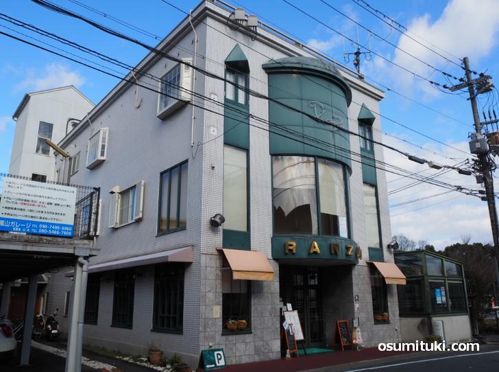 阪急京都線・嵐山駅の目の前にあるカフェです(cafe RanZan)