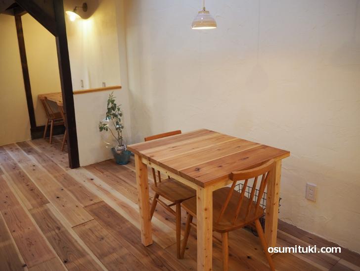 テーブル間隔も広くスタイリッシュなカフェです