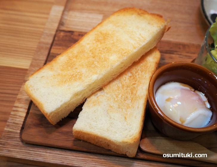 自家製の食パンをトーストして提供
