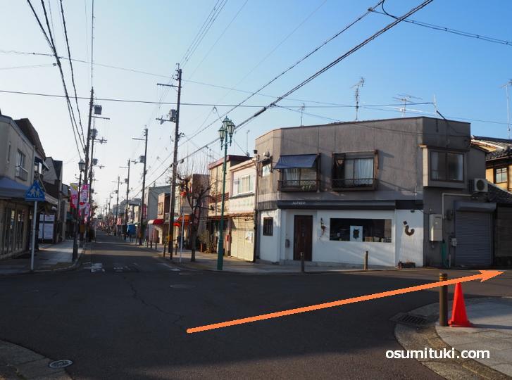 2筋目の角に靴屋「アミカ」さんがある交差点を右(西)へ