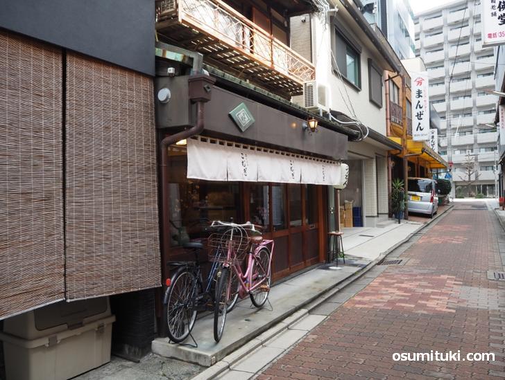 万寿寺通という細い通り沿いにあります