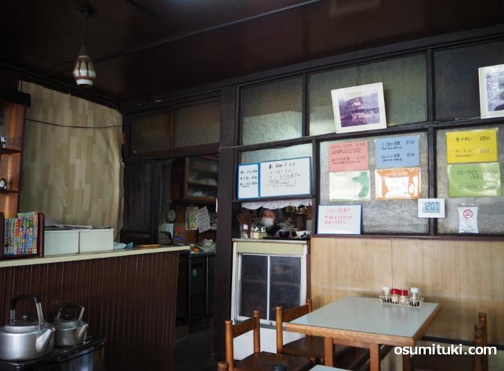 メニューや昔の京都観光地などの写真がある