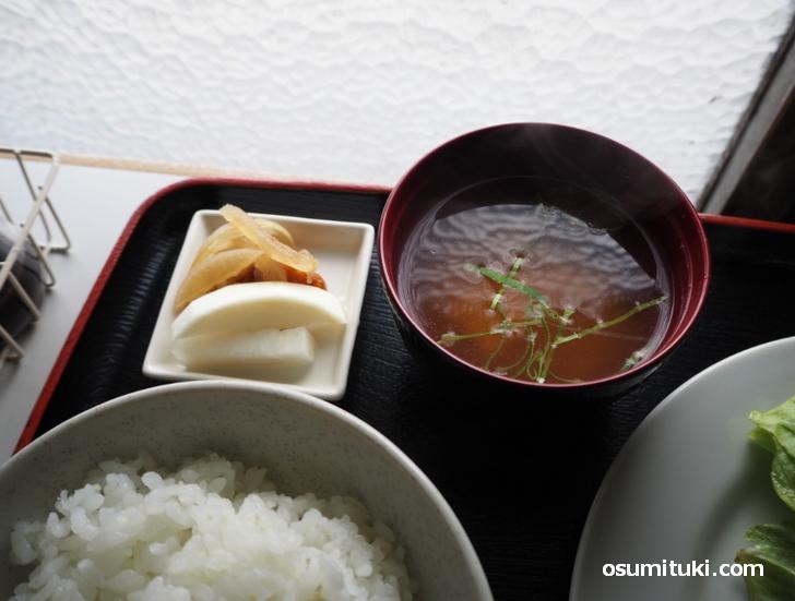 揚げ物の炊いたんと漬物に味噌汁
