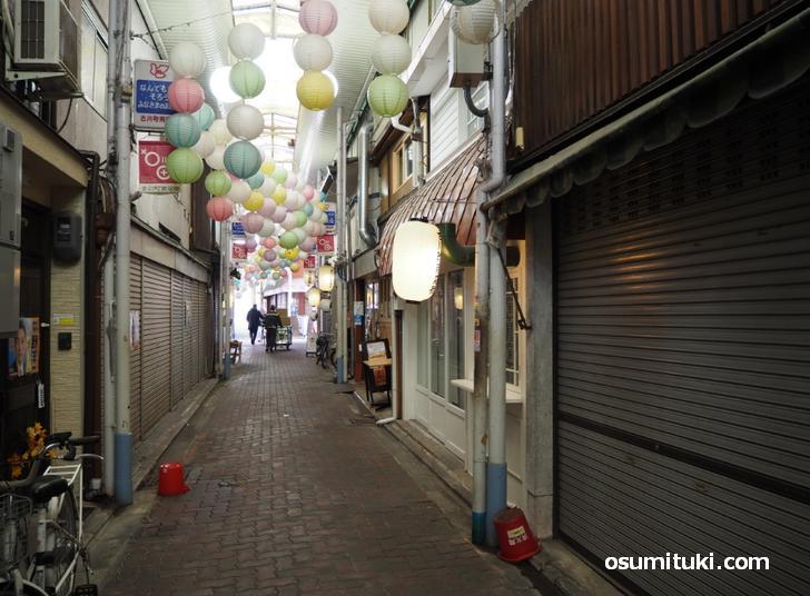 古川町商店街を三条通から入って左側(ロカヒ菓子店)