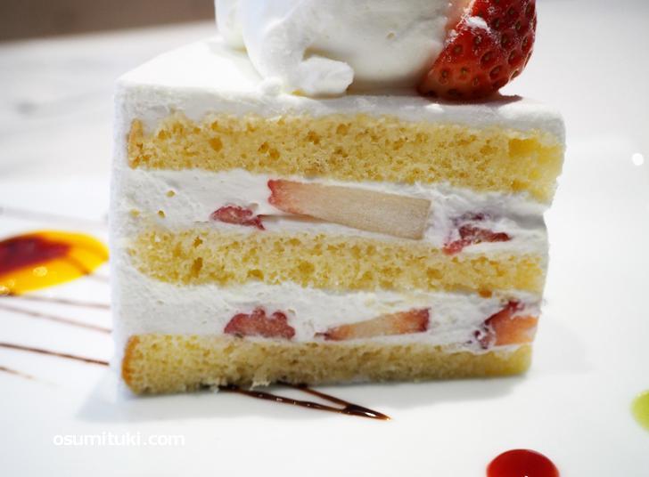 とろけるスポンジケーキに甘さ控えめでちょうど良い生クリーム