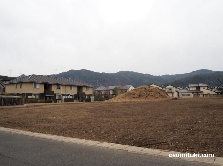 狐塚古墳は広沢池からも近い嵯峨高校の南にあります