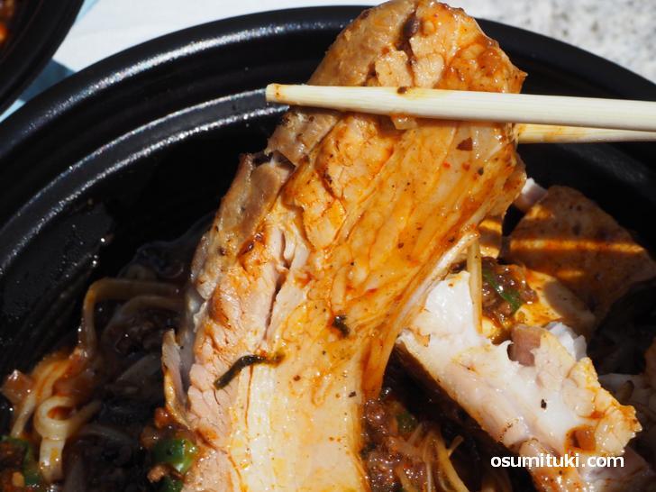 塩チャーシューはビッグサイズで箸で切れる柔らかさ