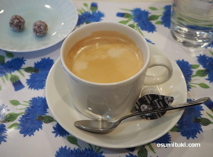 コーヒーや紅茶はフィンランド食器で提供