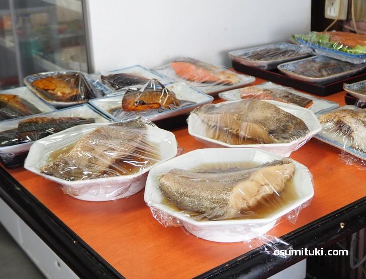 大きな魚の煮つけもあります(食堂かどや)