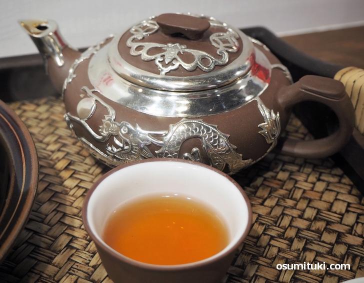 甘いマーラーカオに烏龍茶がよく合います