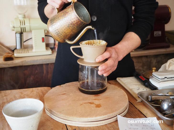 コーヒーは目の前でハンドドリップしてもらえます