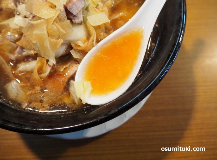 スープは中華醤油で濃いめです
